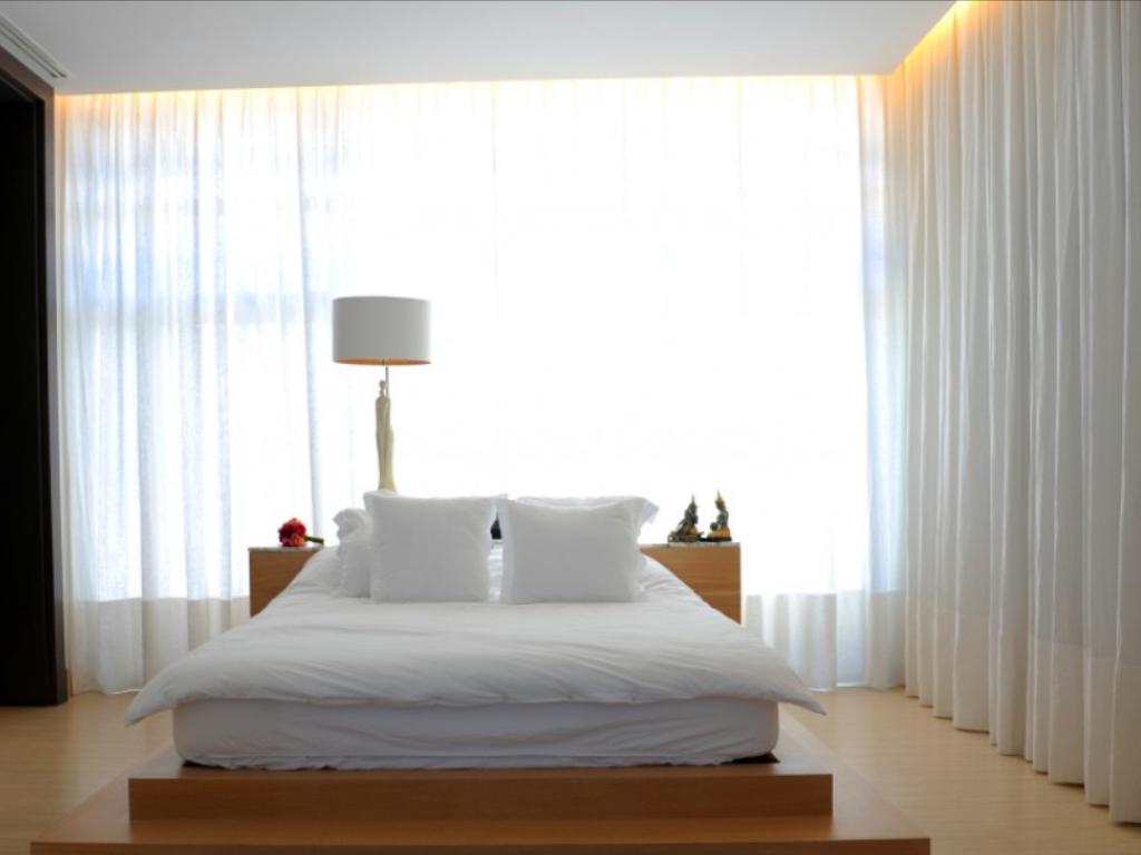 Спальня кровать у окна фото